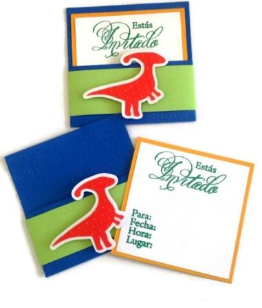 Divertidas invitaciones de dinosaurios, hechas a mano.